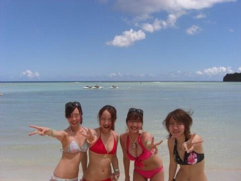 ビキニで巨乳がまぶしい素人娘やガン黒ギャル達が浜辺で集合してるエロ画像 235