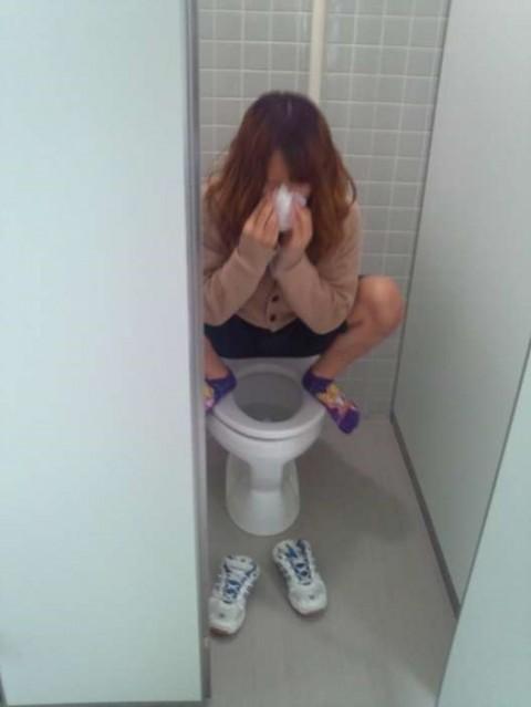 トイレで放尿中の素人娘達のエロ画像 2417