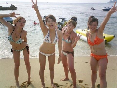 ビキニで巨乳がまぶしい素人娘やガン黒ギャル達が浜辺で集合してるエロ画像 245