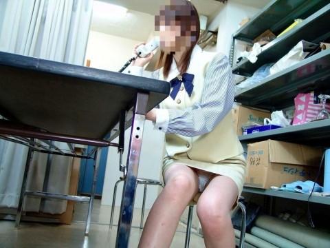 働く素人OLをデスクの下から撮影したパンチラ画像 246