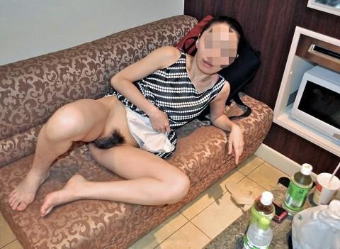 垂れた体つきに興奮する素人妻や熟女のエロ画像 25