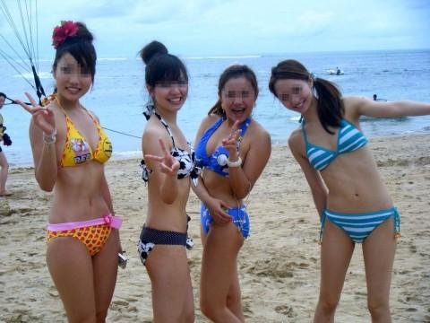 ビキニで巨乳がまぶしい素人娘やガン黒ギャル達が浜辺で集合してるエロ画像 254