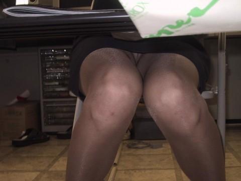 働く素人OLをデスクの下から撮影したパンチラ画像 265