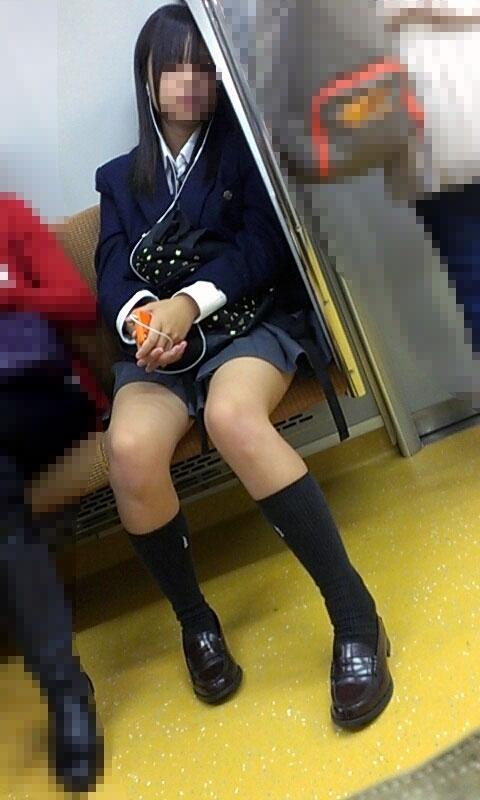 電車内でミニスカから太ももを見せてる女子校生のエロ画像 333