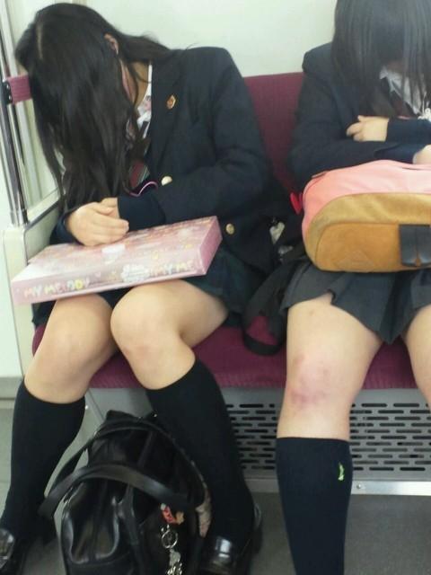 電車内でミニスカから太ももを見せてる女子校生のエロ画像 425