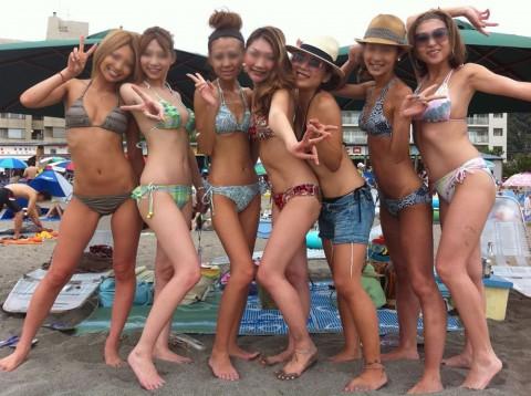 ビキニで巨乳がまぶしい素人娘やガン黒ギャル達が浜辺で集合してるエロ画像 45