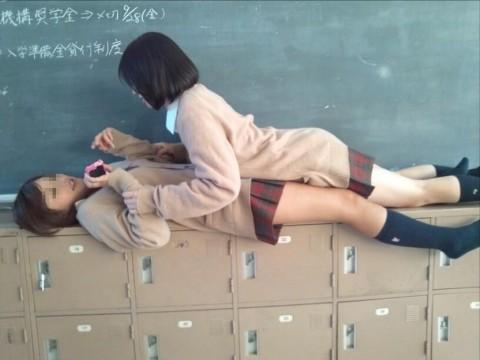 悪ふざけし過ぎな女子校生や女子大生の素人エロ画像 512