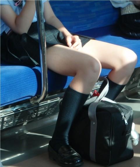 電車内でミニスカから太ももを見せてる女子校生のエロ画像 525