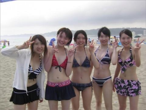 ビキニで巨乳がまぶしい素人娘やガン黒ギャル達が浜辺で集合してるエロ画像 56