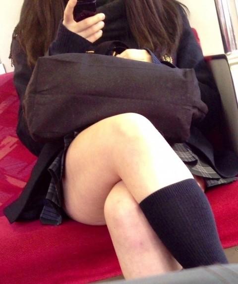 電車内でミニスカから太ももを見せてる女子校生のエロ画像 623