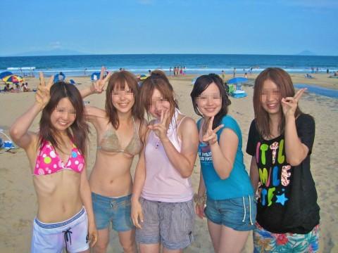 ビキニで巨乳がまぶしい素人娘やガン黒ギャル達が浜辺で集合してるエロ画像 66