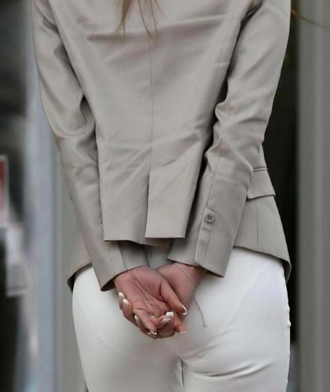 白パンツを履いた事で下着が透けてる街撮り素人のお尻エロ画像 82