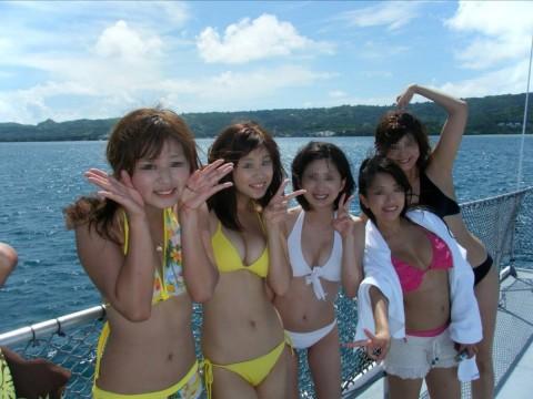 ビキニで巨乳がまぶしい素人娘やガン黒ギャル達が浜辺で集合してるエロ画像 85