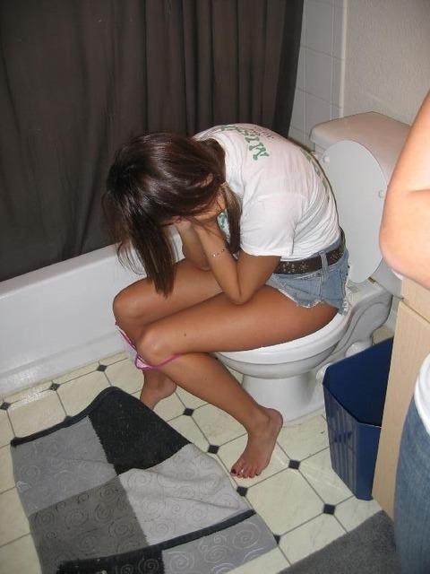 トイレで放尿中の素人娘達のエロ画像 923