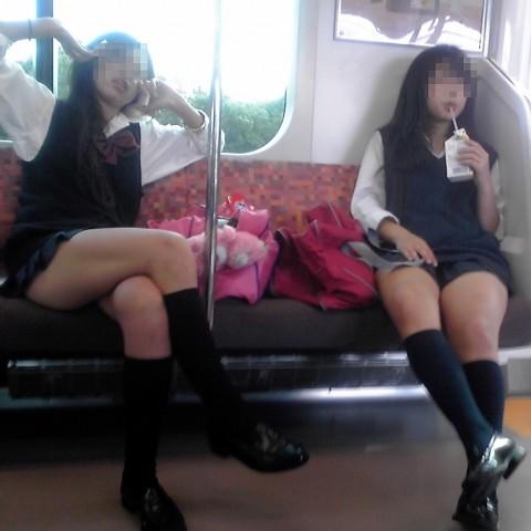 電車内でミニスカから太ももを見せてる女子校生のエロ画像 924