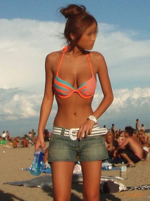 プールやビーチで撮影されたビキニギャルの巨乳おっぱいエロ画像 927
