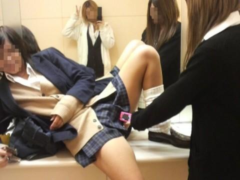 可愛らしい女子校生が友達と悪ふざけしてる素人エロ画像 93