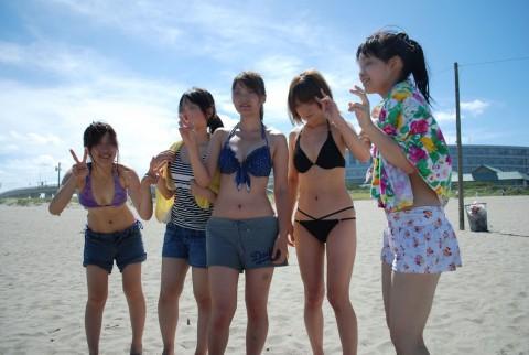 ビキニで巨乳がまぶしい素人娘やガン黒ギャル達が浜辺で集合してるエロ画像 95