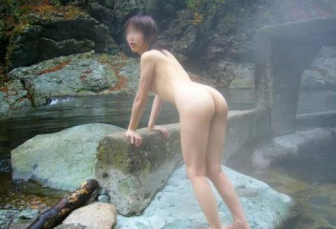 露天風呂で素っ裸になってる素人娘のエロ画像 ero1026