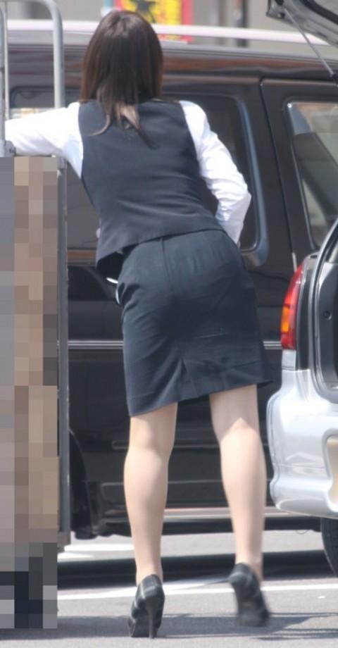 タイトなスーツのスカートがむっちりしたお尻でぱっつんしてる素人OLのエロ画像 ero1112