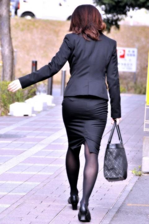タイトなスーツのスカートがむっちりしたお尻でぱっつんしてる素人OLのエロ画像 ero1210