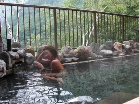 露天風呂で素っ裸になってる素人娘のエロ画像 ero1228