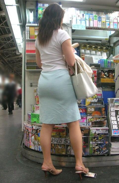 タイトなスーツのスカートがむっちりしたお尻でぱっつんしてる素人OLのエロ画像 ero129