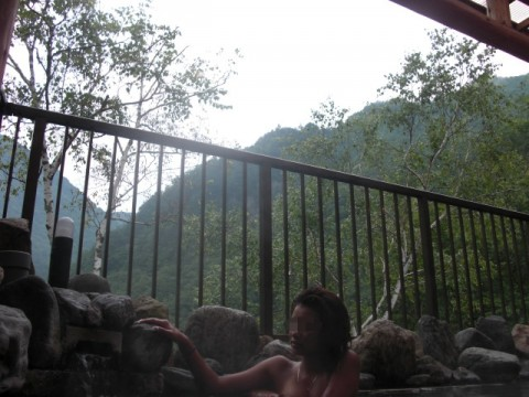 露天風呂で素っ裸になってる素人娘のエロ画像 ero1326