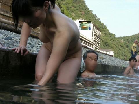 露天風呂で素っ裸になってる素人娘のエロ画像 ero1526
