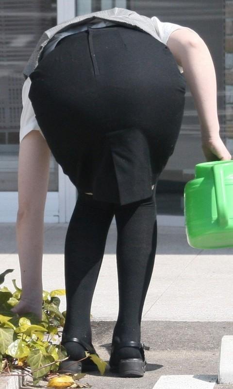 タイトなスーツのスカートがむっちりしたお尻でぱっつんしてる素人OLのエロ画像 ero158
