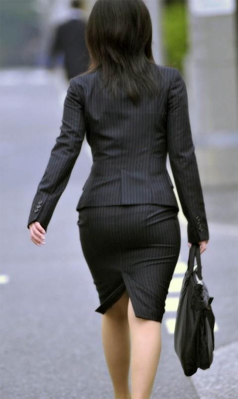 タイトなスーツのスカートがむっちりしたお尻でぱっつんしてる素人OLのエロ画像 ero168
