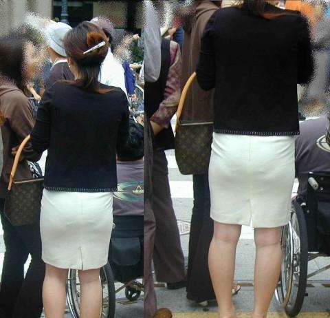 タイトなスーツのスカートがむっちりしたお尻でぱっつんしてる素人OLのエロ画像 ero17