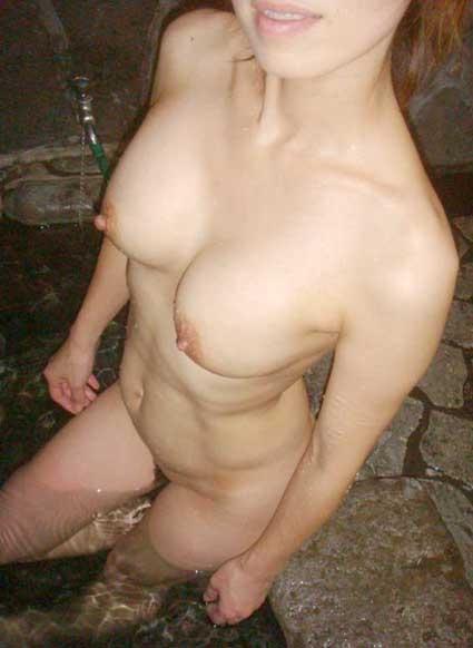 露天風呂で素っ裸になってる素人娘のエロ画像 ero1726
