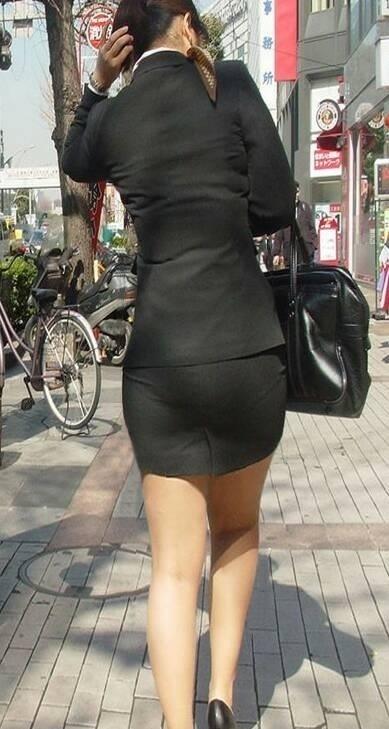 タイトなスーツのスカートがむっちりしたお尻でぱっつんしてる素人OLのエロ画像 ero178