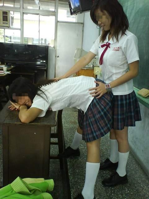 尋常じゃないおふざけしてる女子校生のエロ画像 ero1932