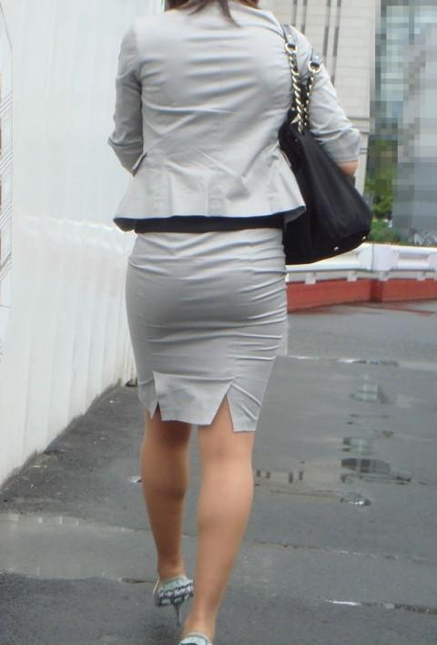 タイトなスーツのスカートがむっちりしたお尻でぱっつんしてる素人OLのエロ画像 ero198
