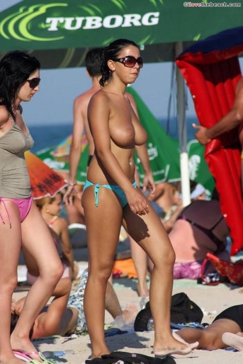 ダイナマイトバディの外人さんがヌーディストビーチで巨乳おっぱい晒してる素人エロ画像 ero209