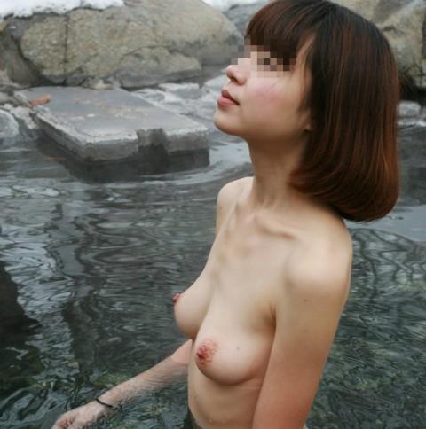 露天風呂で素っ裸になってる素人娘のエロ画像 ero2103