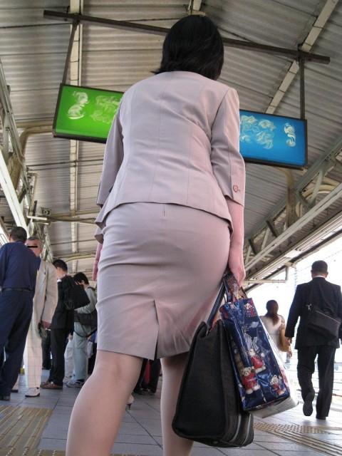 タイトなスーツのスカートがむっちりしたお尻でぱっつんしてる素人OLのエロ画像 ero2111