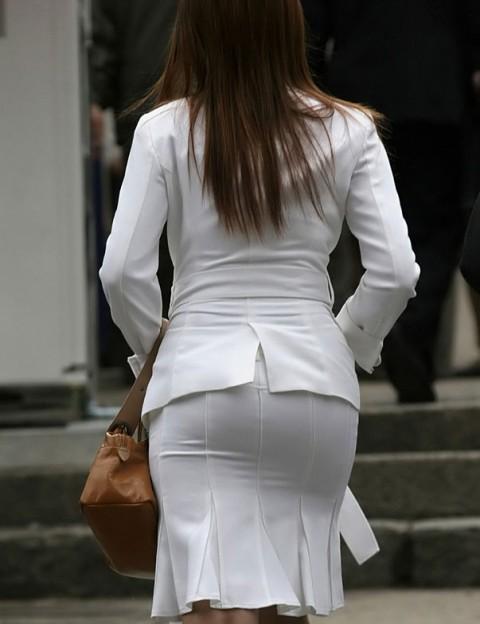 タイトなスーツのスカートがむっちりしたお尻でぱっつんしてる素人OLのエロ画像 ero220