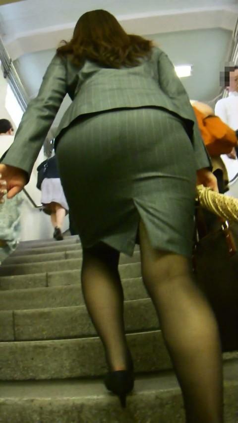 タイトなスーツのスカートがむっちりしたお尻でぱっつんしてる素人OLのエロ画像 ero227