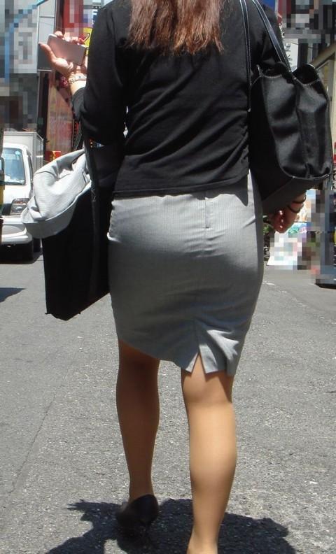 タイトなスーツのスカートがむっちりしたお尻でぱっつんしてる素人OLのエロ画像 ero236