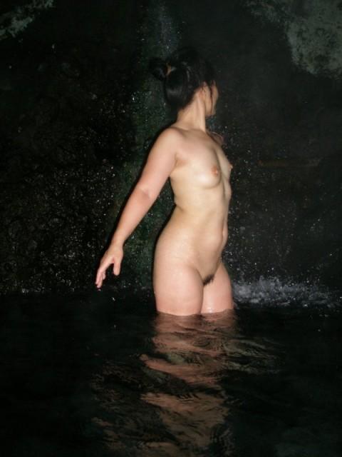露天風呂で素っ裸になってる素人娘のエロ画像 ero2421