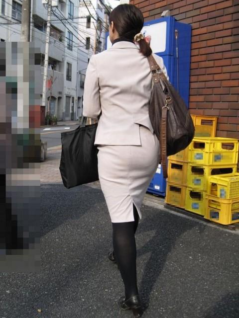 タイトなスーツのスカートがむっちりしたお尻でぱっつんしてる素人OLのエロ画像 ero246