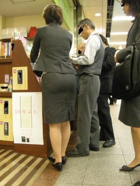タイトなスーツのスカートがむっちりしたお尻でぱっつんしてる素人OLのエロ画像 ero254