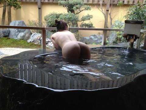 露天風呂で素っ裸になってる素人娘のエロ画像 ero2617