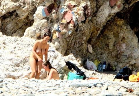 ダイナマイトバディの外人さんがヌーディストビーチで巨乳おっぱい晒してる素人エロ画像 ero273