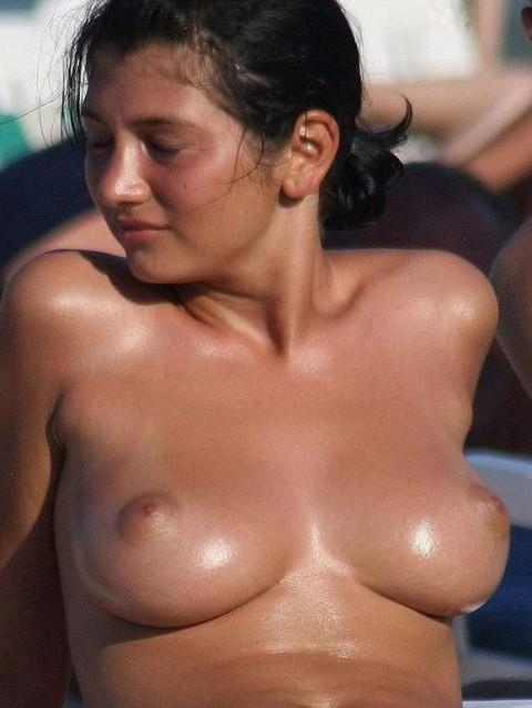 ダイナマイトバディの外人さんがヌーディストビーチで巨乳おっぱい晒してる素人エロ画像 ero283