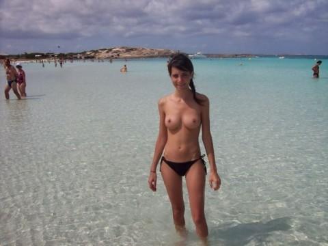 ダイナマイトバディの外人さんがヌーディストビーチで巨乳おっぱい晒してる素人エロ画像 ero3110