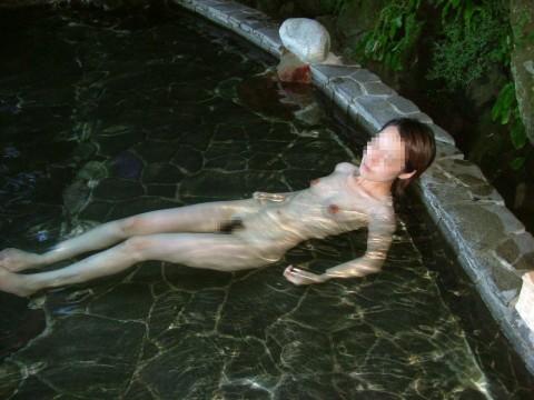 露天風呂で素っ裸になってる素人娘のエロ画像 ero525